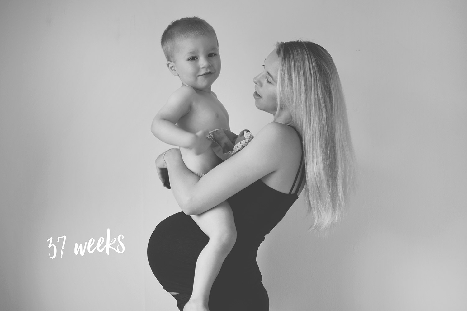 Pregnancy #2; 40 week update including bump shots, Leni and Co milestone cards, maternity bump shots taken on a Nikon D3300 and H&M coming home cream outfit with clouds and teddy bears